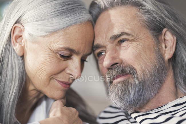 Retrato de um casal idoso afetuoso — Fotografia de Stock