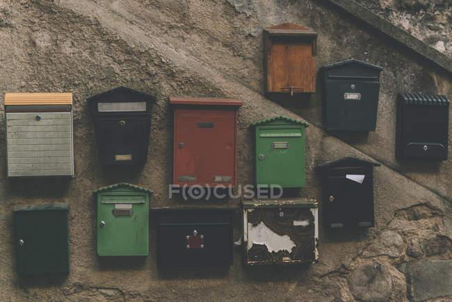 Испания, Осор, почтовые ящики на стене — стоковое фото