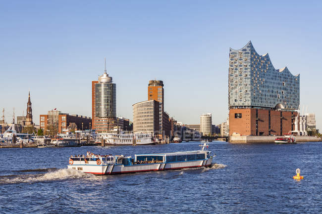 Germany, Hamburg, cityscape with Elbe Philharmonic Hall and tourboat on the Elbe — Stock Photo