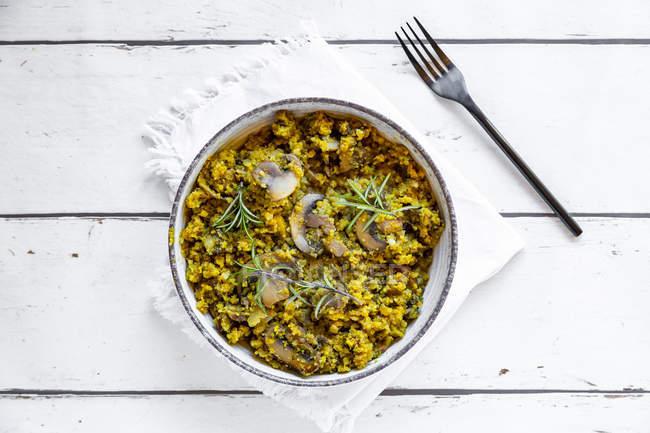 Ciotola di cavolfiori gialli e verdi con champignons fritti e rosmarino — Foto stock