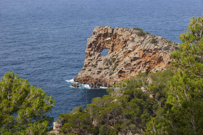 Spagna, Isole Baleari, Maiorca, Deia, Penisola Sa Foradada, arco naturale — Foto stock