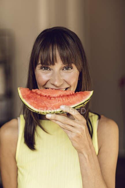 Женщина съела кусочек арбуза — стоковое фото
