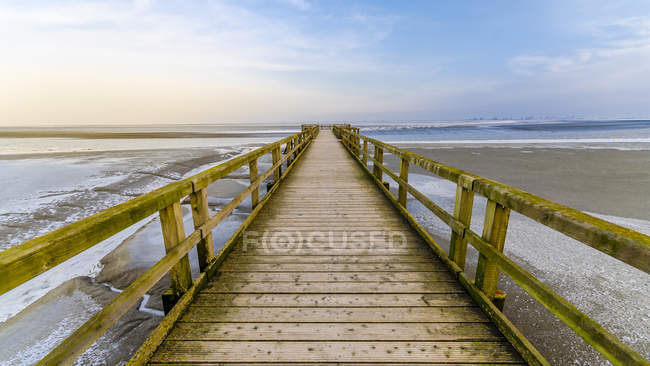Germania, Bassa Sassonia, Butjadingen, Ponte sul mare — Foto stock