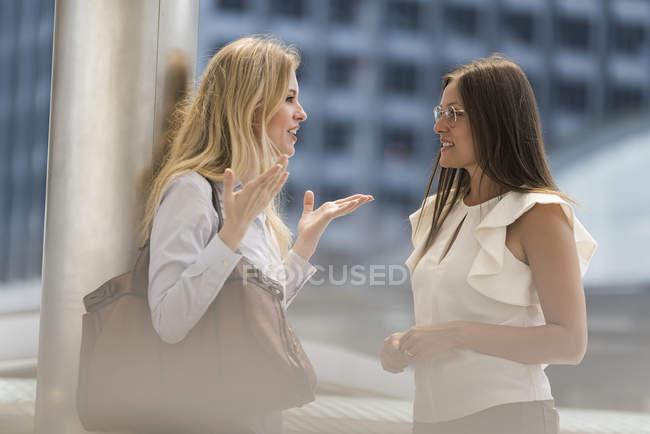 Дві жінки говорили в місті — стокове фото