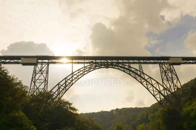 Germania, ponte di Muengsten tra Solingen e Remscheid al crepuscolo — Foto stock