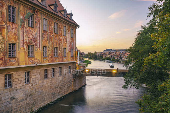 Germany, Bavaria, Bamberg, Old town hall and Regnitz river at dusk — Foto stock
