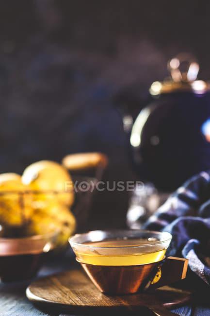 Teetasse mit hausgemachter heißer Quitteninfusion — Stockfoto
