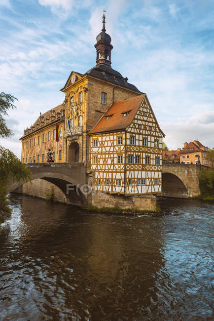 Germany, Bavaria, Bamberg, Old town hall, Obere Bruecke and Regnitz river — Foto stock