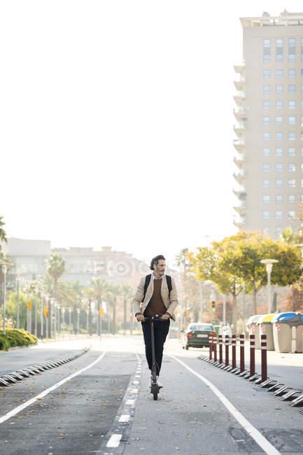 Homem usando E-Scooter na cidade — Fotografia de Stock
