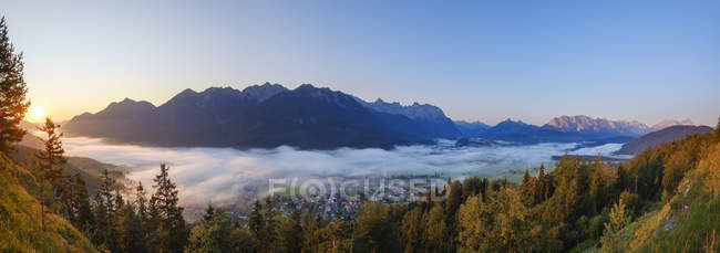 Germany, Upper Bavaria, Werdenfelser Land, Wallgau, Isar Valley at sunrise, view from Krepelschrofen — Foto stock
