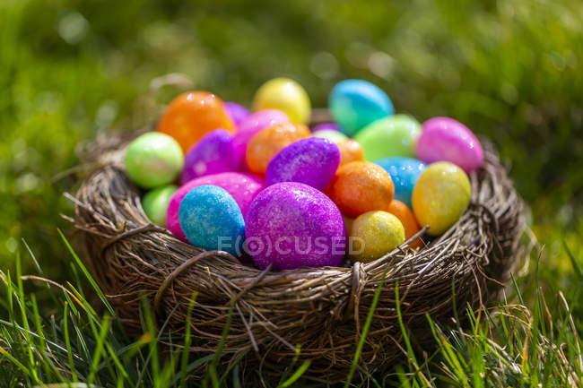 Ovos de Easter sparkling no ninho — Fotografia de Stock