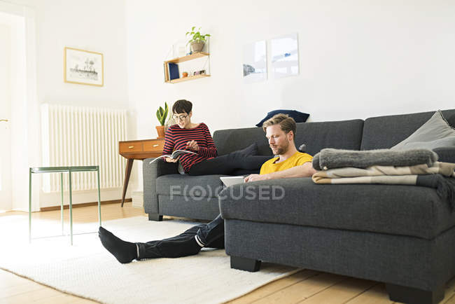 Casual couple relaxing in living room at home — Stock Photo