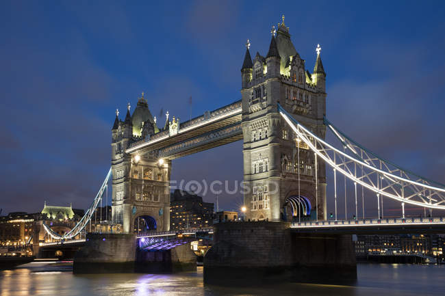 Royaume-Uni, Angleterre, Londres, Tower bridge en soirée — Photo de stock