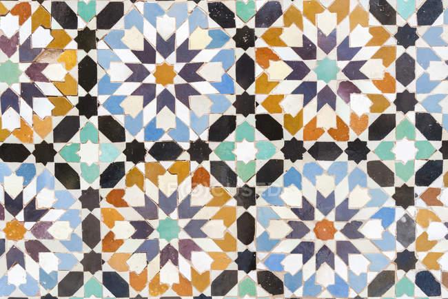 Marrocos, Marraquexe, Ben Youssef Madrasa, detalhe de azulejos coloridos — Fotografia de Stock
