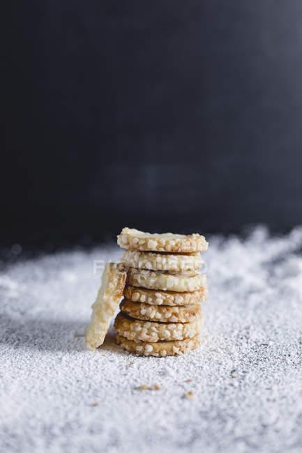 Shortcrust pastry, stacked, sugar rim, icing sugar — Stock Photo