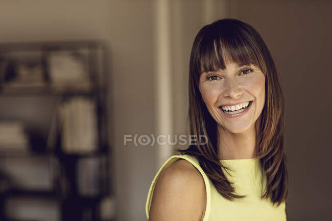Портрет счастливой, уверенной в себе женщины — стоковое фото