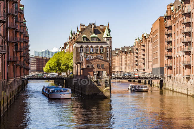 Alemania, Hamburgo, Old Warehouse District y Wasserschloss - foto de stock
