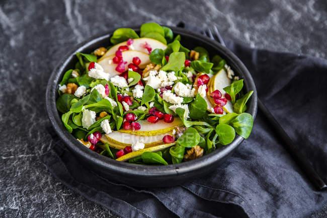 Чаша смешанного салата с салатом из баранины, фетой, грушей, семя граната и грецкими орехами — стоковое фото