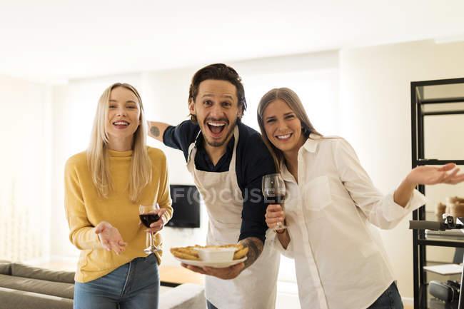 Друзі вітають друзів на обід. — стокове фото
