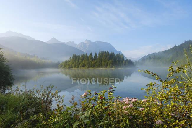 Allemagne, Bavière, Werdenfelser Land, barrage d'Isar Kruen, brouillard du matin — Photo de stock