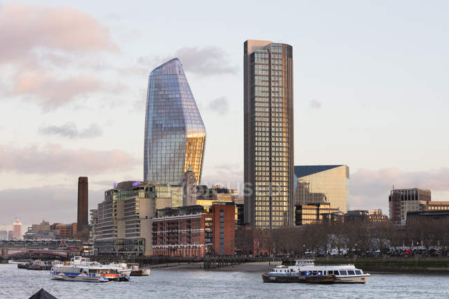 Regno Unito, Londra, Southwark, Tamigi, torri per uffici — Foto stock