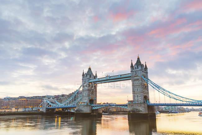Royaume-Uni, Angleterre, Londres, Tower Bridge au lever du soleil — Photo de stock