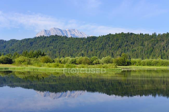 Allemagne, Bavière, Werdenfelser Land, barrage d'Isar Kruen, montagnes de Wetterstein, Obere Wettersteinpitze à l'arrière-plan — Photo de stock