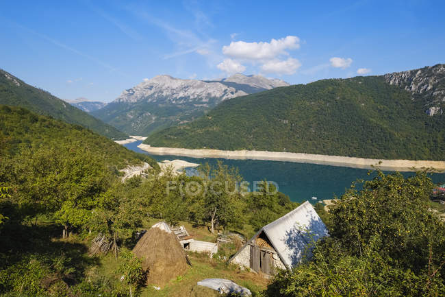 Montenegro, Pluzine, barn at reservoir Pivsko jezero — Stock Photo