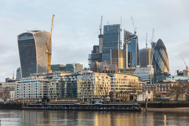 Великобритания, Англия, Лондон, финансовый район с современными небоскребами в утреннем свете, долгая экспозиция — стоковое фото