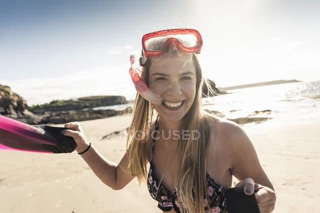Joyeux jeune femme avec équipement de plongée avec tuba, courir sur la plage — Photo de stock
