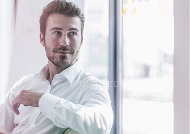 Apuesto hombre de negocios en el pensamiento de oficina - foto de stock