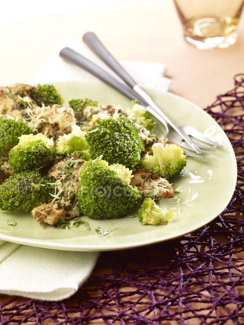 Poulet au citron avec brocoli, faible teneur en glucides — Photo de stock