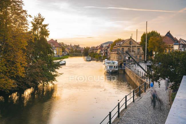 Germania, Baviera, Bamberg, centro storico, fiume Regnitz al crepuscolo — Foto stock