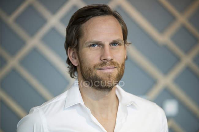 Retrato de sorrir sorridente homem de negócios casual — Fotografia de Stock