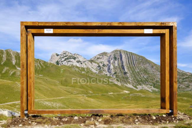 Чорногорія, Національний парк Дурміор, гірський масив Дурміор, оглядовий майданчик з каркасом, гори Грута і прути — стокове фото