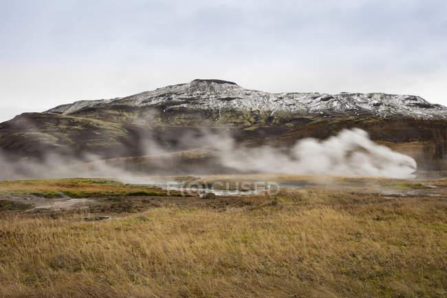 Iceand, vale de Haukadalur, sítio geotérmico com fonte termal, geyser — Fotografia de Stock