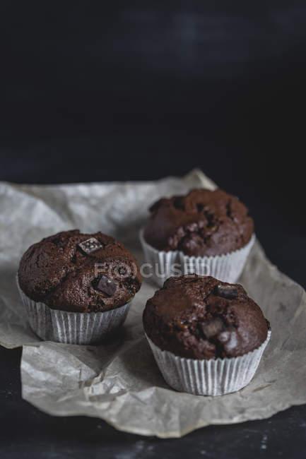 Queques do chocolate, forro de papel — Fotografia de Stock
