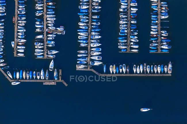Германия, Бавария, Хемсворт, Воздушный вид на озеро Хемсворт, гавань с удовольствием крадется — стоковое фото