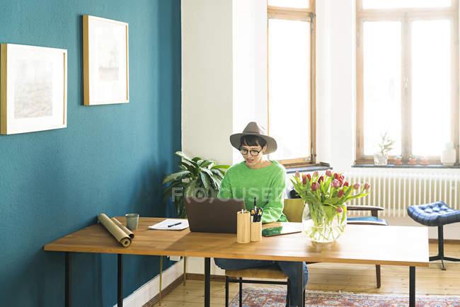 Imprenditrice in ufficio a casa che lavora al suo portatile — Foto stock