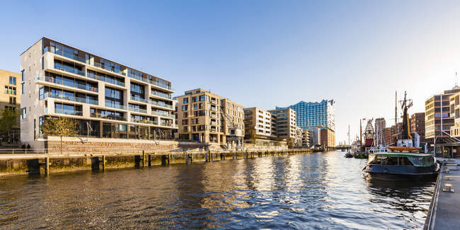 Germany, Hamburg, HafenCity, Elbe Philharmonic Hall, Sandtorhafen and modern residential houses — Stock Photo