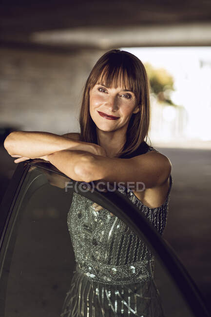 Beautiful woman leaning on car — Stock Photo