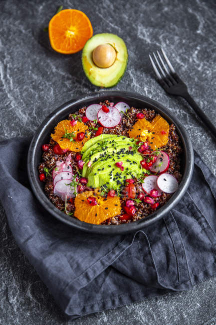 Red Quinoa salad with avocado, tomatoes, red radishes, pomegranate seeds, black sesame and cress — Stockfoto