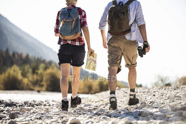 Австрія, Альпи, подружжя подорожує з картою й біноклем. — стокове фото