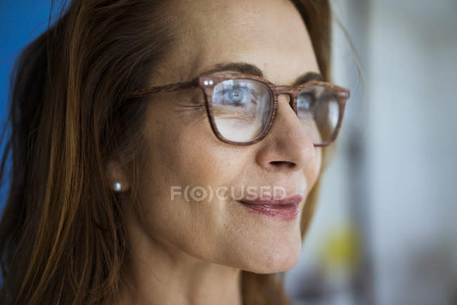 Redheaded businesswoman wearing glasses, portrait — Stock Photo