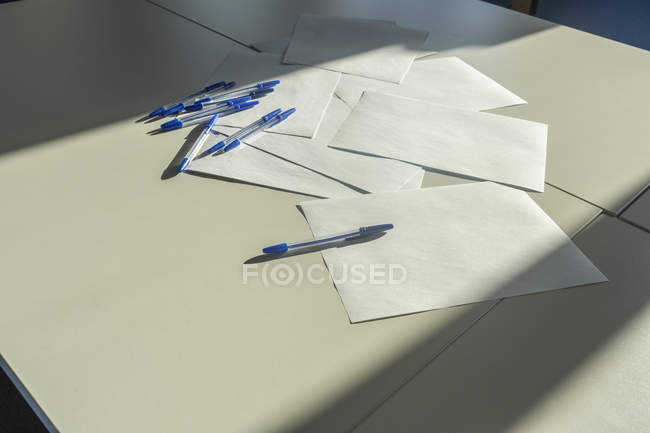 Blank papers and pens on a desk, close up — Stock Photo