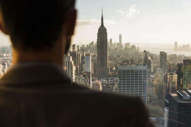 Estados Unidos, Nueva York, hombre mirando el paisaje urbano en la plataforma de observación del Rockefeller Center - foto de stock