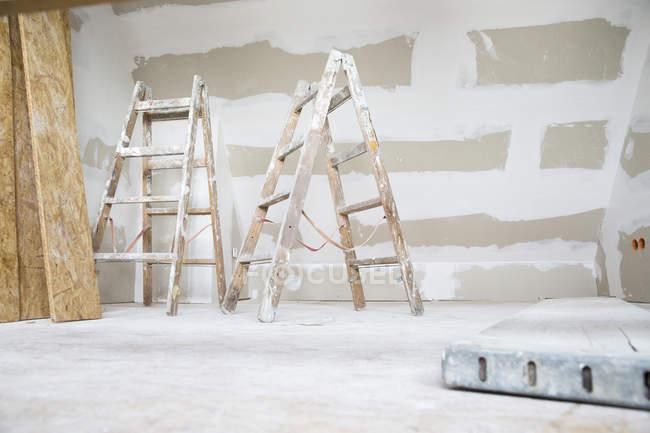 Две лестницы на чердаке будут отремонтированы — стоковое фото