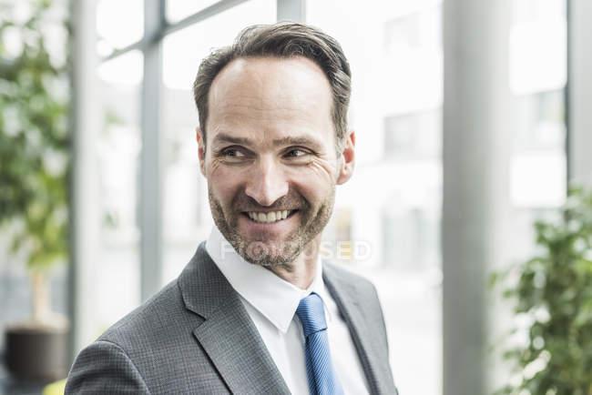 Retrato de empresário sorridente com restolho — Fotografia de Stock