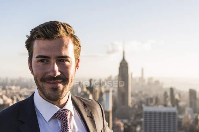 США, Нью-Йорк, улыбающийся бизнесмен на смотровой площадке Рокфеллеровского центра — стоковое фото