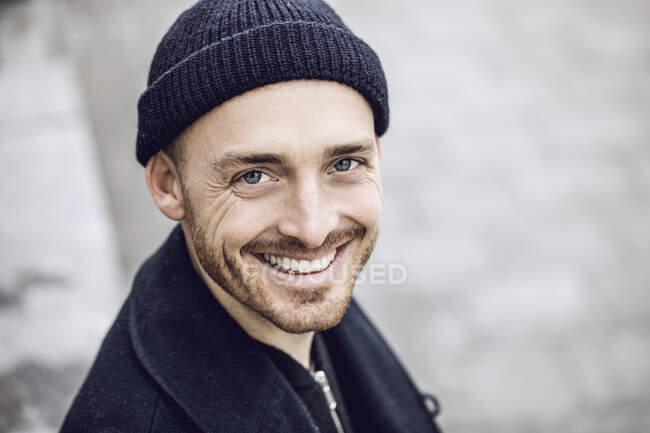 Retrato de um homem, usando gorro chapéu — Fotografia de Stock